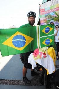 Copa 2014: Ciclista inglês pedala até Manaus para acompanhar jogo na Arena da Amazônia